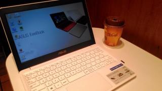 カフェでコーヒーを飲みながらASUS X205TAで仕事する自由なスタイル