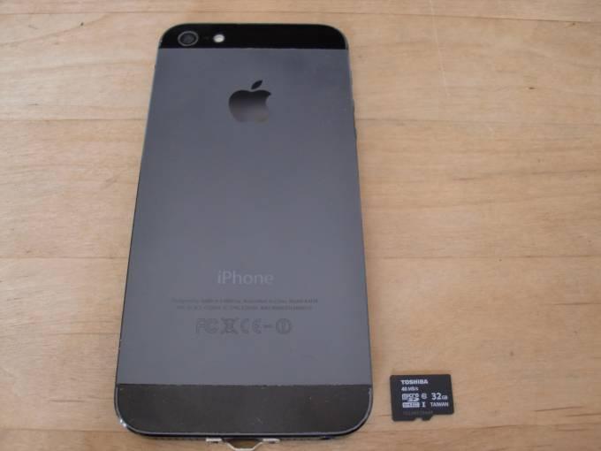 iphone5とSDカードとのサイズ比較